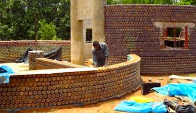 Casas-con-botellas-de-plastico-en-Africa