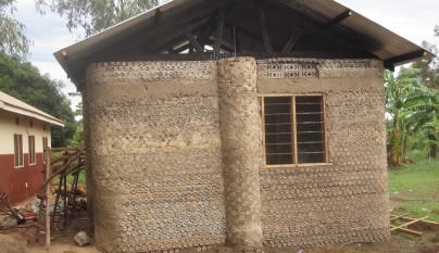 casas con botellas de plastico en africa2