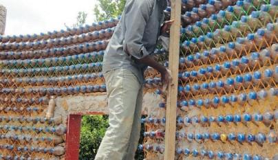 casas con botellas de plastico en africa3