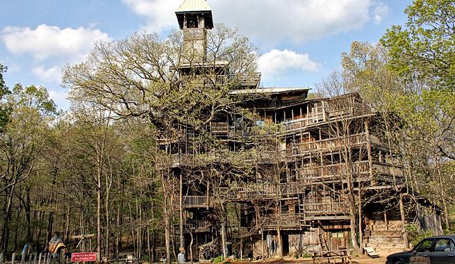 Colosal casa sobre rboles hecha con material reciclado - Casas de madera en arboles ...