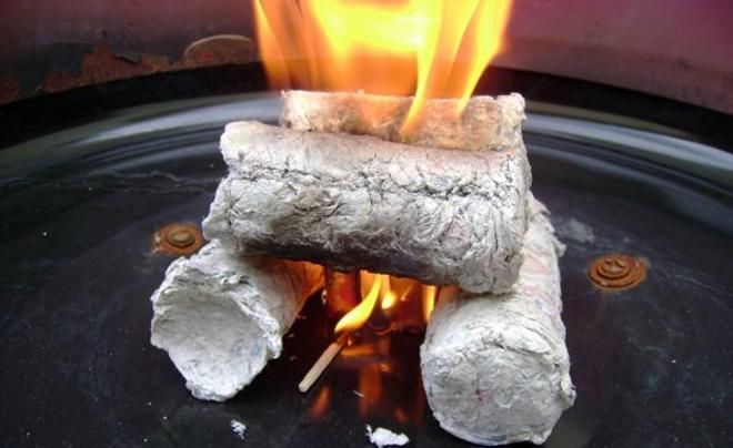 Troncos de peri dicos reutilizados como le a - Papel para cocinar ...