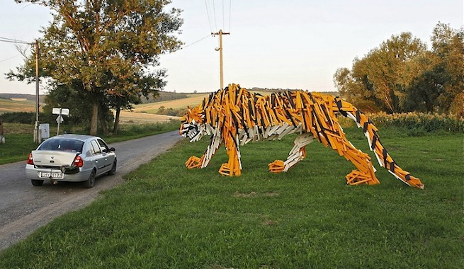 reciclado y además toma forma de tigre una animal en grave peligro de