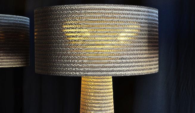 Estilosas lámparas de pie hechas de cartón reciclado
