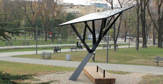un rbol solar para recargar dispositivos en los parques