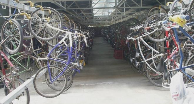 Aparcar bicicletas requiere poco espacio.