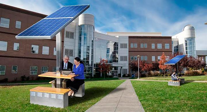 Puntos de recarga solar con mesa y bancos de madera for Mobiliario espacio publico