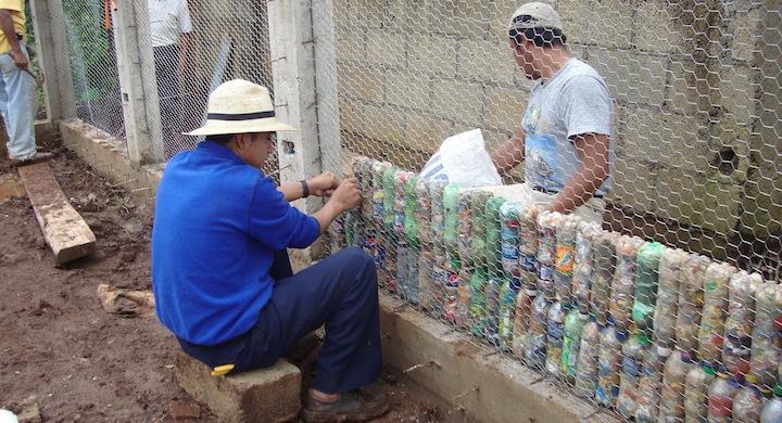Construir casas con botellas de pl stico recicladas v deo for Casas de plastico para jardin
