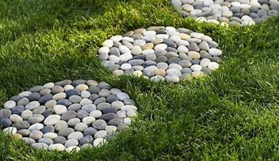 Decorar el jard n con piedras de r o for Jardines pequenos con encanto