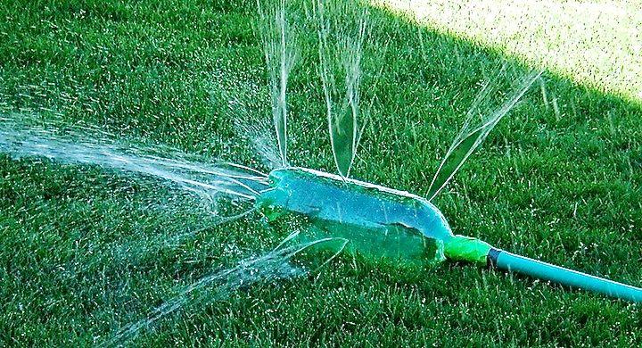 Ideas para reutilizar las botellas de pl stico en jardiner a for Proyecto de riego por aspersion