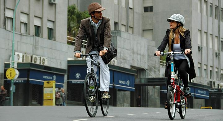 Jovenes circulan en bicicleta por la ciudad