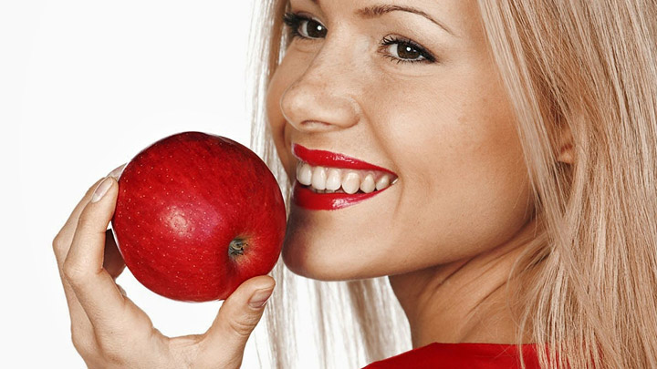 Joven come manzana