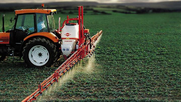 Tractor trata campo con plaguicida