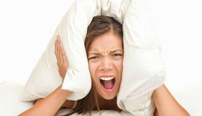 Chica molesta por el ruido
