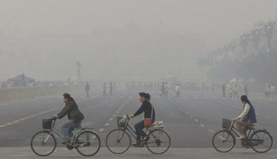 Ciclistas cruzan calle contaminada