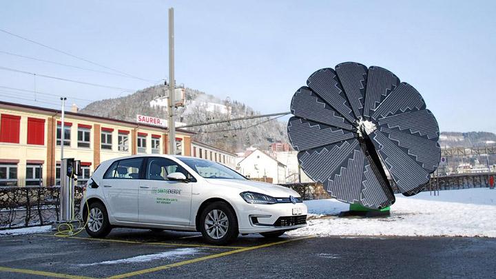 Smartflower cargando un coche