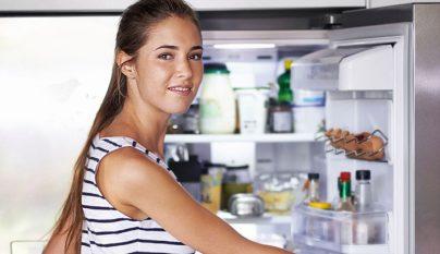 Joven abre frigorifico