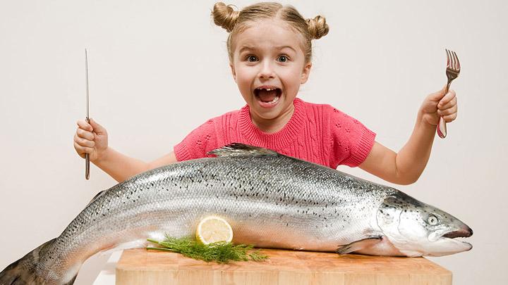 nina-con-salmon