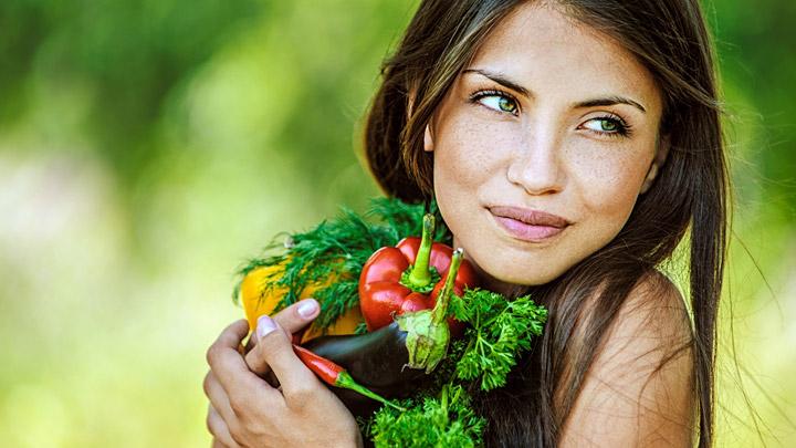 joven-sostiene-vegetales
