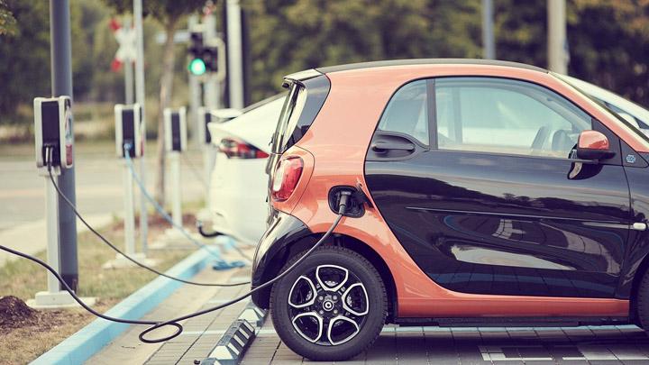 coche-electrico-recarga